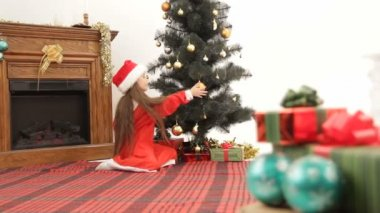 Girl preparing for Christmastime. — Stock Video