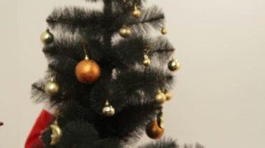 女孩等待圣诞老人出现和吃饼干. — 图库视频影像