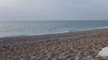 Nygifta koppla av på sandstranden. — Stockvideo