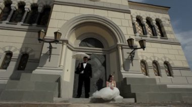 Newlyweds at the door of the church. — Stock Video