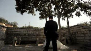 ženich líbá nevěstu v parku — Stock video