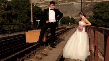 Staande op de rail newlyweds — Stockvideo