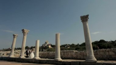 Newlyweds walk around the ruins of an ancient civilization. — Stock Video