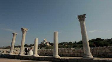 Novomanželé chodit pozůstatky starověké civilizace. — Stock video