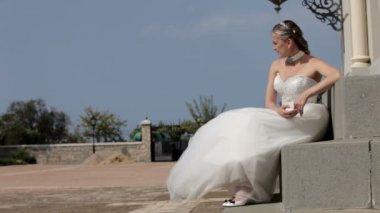 Nygifta på dörren till kyrkan. två skott — Stockvideo