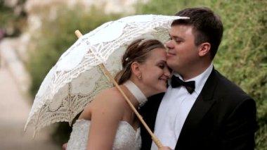 Een man kussen zijn vrouw. twee schoten. — Stockvideo