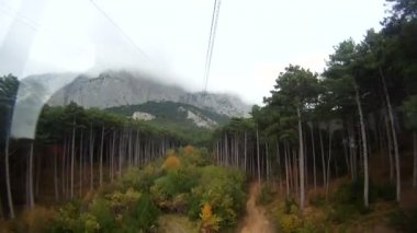 Aerial tramway heading towards a mountain. — Stock Video