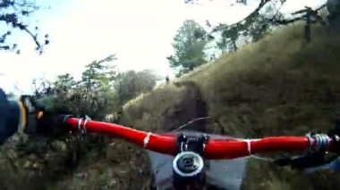 Person, die mit dem fahrrad in einer gesamtstruktur während eines wettkampfes. — Stockvideo