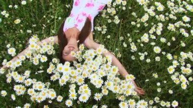 Camomile field. A young girl falls for a beautiful Chamomile field. — Stock Video