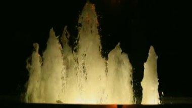 Luminous fountain on a dark background. — Stock Video