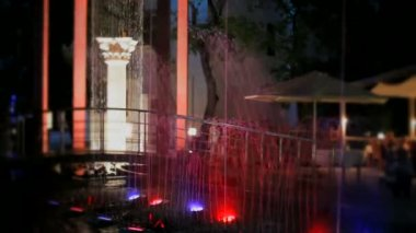 Beautiful decoration in the park. Beautiful night fountain with colorful back-light on the background of ancient greek columns. — Stock Video