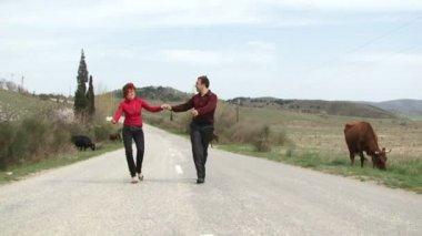 Taniec szczęścia. szczęśliwa młoda para tańczy na drodze. — Wideo stockowe