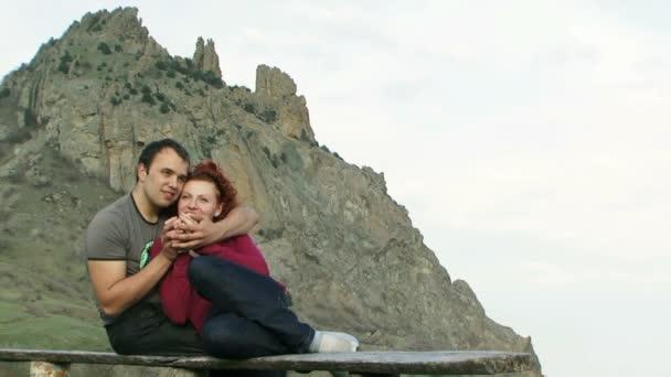 Couple assis à l'extérieur. jeune couple buvait un verre sur la plage. — Vidéo