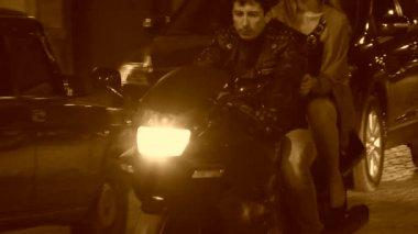 Mujer alejándose de un motociclista. imagen de tono sepia. — Vídeo de Stock