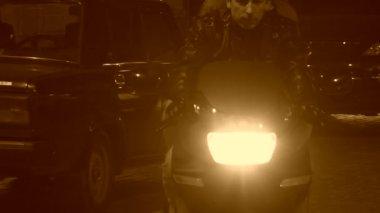 Biker afscheid van een vrouw die hij liefheeft. sepia getinte afbeelding. true romance. — Stockvideo