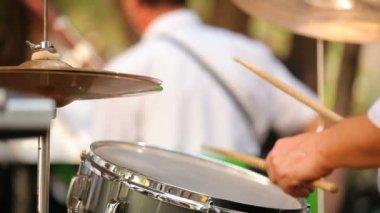 музыкант играет на барабанах. профессиональный барабанщик играет на барабанах в оркестре. переднем плане размыта. — Стоковое видео