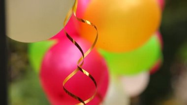 Celebratory balloons. Several colorful festive balloons fastened together. — Stock Video