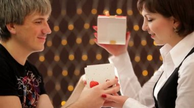 Valentines Day. HD. Men giving the gift box to his girlfriend, she opened it and gets the heart. — Stock Video