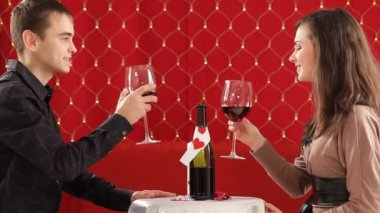 Dinner. Young couple celebrate valentines day for a romantic dinner. — Video Stock