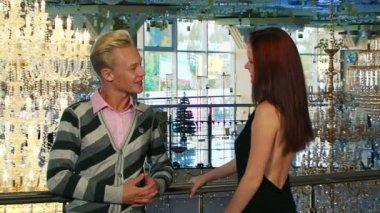 Muž a žena mluvila elegantní pozadí — Stock video