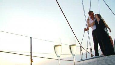 романтика на яхте — Стоковое видео