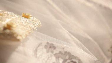 結婚指輪を保持しているウェディング ドレスの花嫁 — ストックビデオ