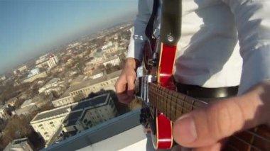 Menschenhand spielen gitarre — Stockvideo