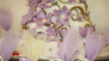 Bride cake decorated with cream flowers. Bride cake. — Stock Video
