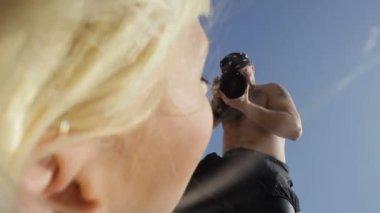 Photographe photos la mariée allongé sur le sable — Vidéo