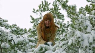 Meisje in de besneeuwde pines — Stockvideo