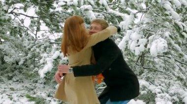молодая пара счастлива в любви. — Стоковое видео