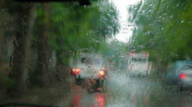 在挡风玻璃上的雨滴 — 图库视频影像