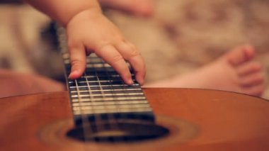 Little baby plays guitar — Stock Video