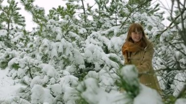 Woman playing snowballs in a forest. — Stock Video