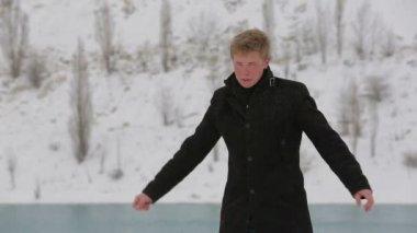 Jeune homme attend quelqu'un à winter park — Vidéo