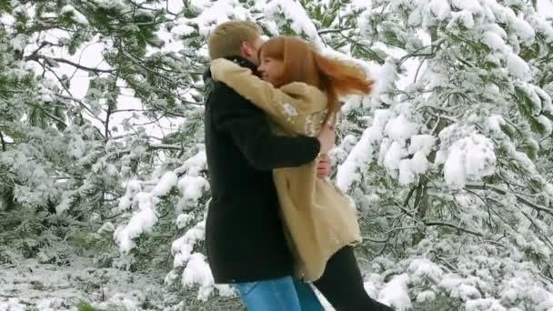 Pareja de enamorados en un bosque nevado. par en un bosque. cámara lenta. — Vídeo de stock
