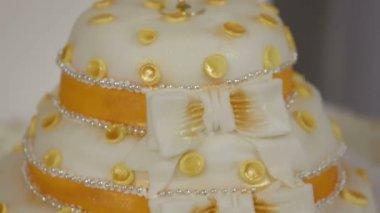 Beautiful wedding cake. — Stock Video