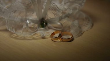 Two wedding bands on a table. — Stock Video