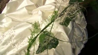 新娘在公园荡秋千 — 图库视频影像