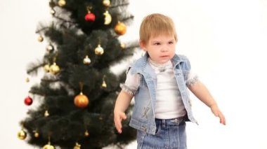 Little girl near a Christmas tree. — Vidéo