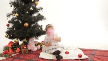Kind wachten voor kerstmis — Stockvideo