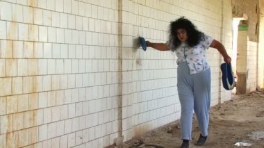 Crazy woman in an abandoned hospital. — Stock Video