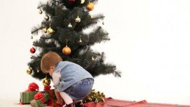 Niña encontrar sus regalos — Vídeo de stock