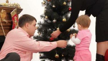 Versieren kerstboom op kerstavond. — Stockvideo