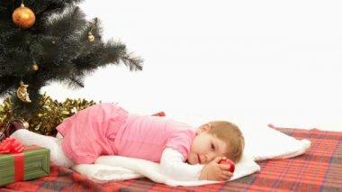 Noel ağacının altında. — Stok video