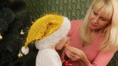 Mother and daughter eating Christmas treats. Christmas treats. — Vídeo de stock