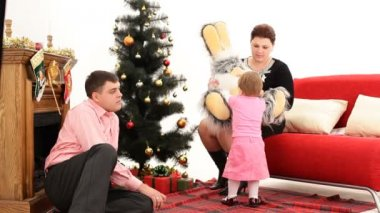 Child and his parents on Christmas Eve. Child on Christmas Eve. — Stockvideo
