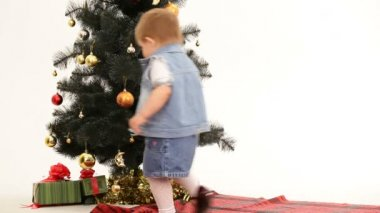 Child finding gifts under the Christmas tree. Gifts under the Christmas tree. — Stockvideo