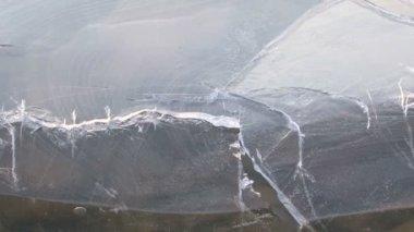Pęknięcia na powierzchni zamarzniętym jeziorze. pęknięcia w lodzie. — Wideo stockowe