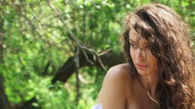 Beautiful brunette posing for camera. — Stock Video